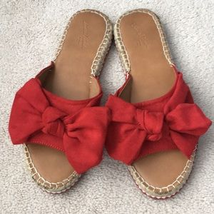 Like New - Red slides with bow detail!
